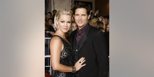"""Actor Peter Facinelli, star of the new film """"The Twilight Saga: New Moon"""" poses with his wife, actress Jennie Garth, at the film's Los Angeles premiere  November 16, 2009. REUTERS/Fred Prouser    (UNITED STATES ENTERTAINMENT) - RTXQTLT"""