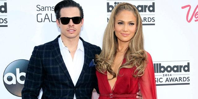 Casper Smart and musician Jennifer Lopez arrive at the 2014 Billboard Music Awards in Las Vegas, Nevada May 18, 2014.  REUTERS/L.E. Baskow  (UNITED STATES-Tags: ENTERTAINMENT)(BILLBOARDAWARDS-ARRIVALS) - RTR3PQPQ