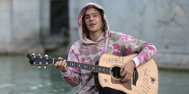 Justin Bieber played a couple of songs for Hailey Baldwin and his fans at the Buckingham Palace fountain, London, on Sept. 18, 2018.