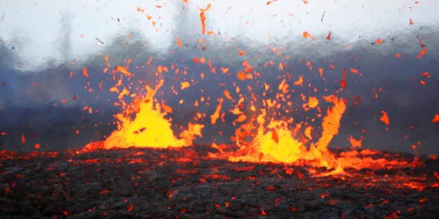 Lava erupts from a fissure on the outskirts of Pahoa during ongoing eruptions of the Kilauea Volcano in Hawaii, U.S., May 14, 2018. (REUTERS/Terray Sylvester)