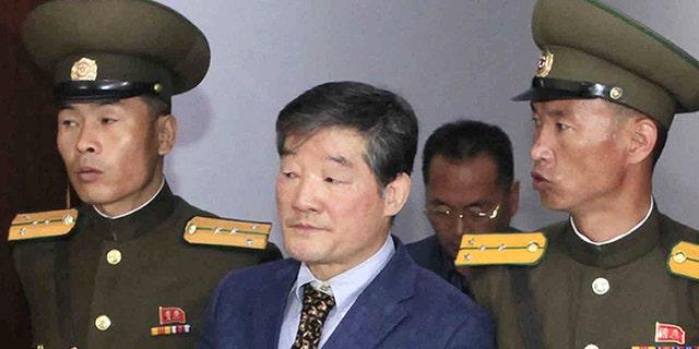 ARCHIVO - En estas fotografía de archivo, los estadounidenses Otto Warmbier, a la izquierda, y Kim Dong Chul, son retirados en fechas distintas de un tribunal en Pyongyang, Corea del Norte. La fotografía de Warmbier tiene fecha del 16 de marzo de 2016 y la de Dong Chul, del 29 de abril del mismo año. Corea del Norte detuvo al estadounidense Tony Kim, que también usa su nombre coreano de Kim Sang-duk, dijeron funcionarios el domingo 23 de abril de 2017. Con el arresto de Kim aumentaron a tres los estadounidenses detenidos en Corea del Norte. (AP Foto/Archivos)