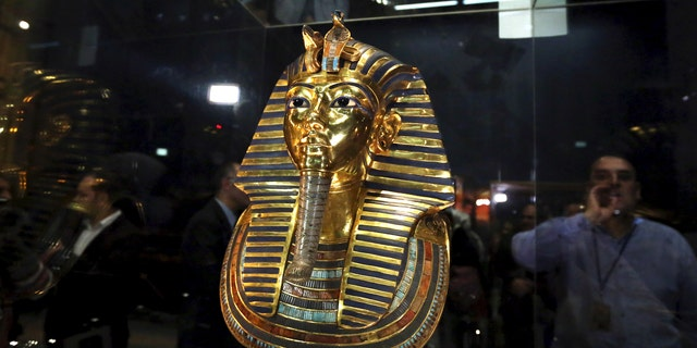 File photo - The golden mask of King Tutankhamun is displayed inside a glass cabinet at the Egyptian Museum in Cairo, Egypt, December 16, 2015. (REUTERS/Mohamed Abd El Ghany)