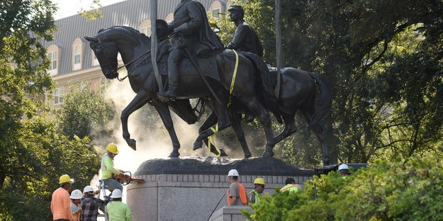 Workers remove a statue of Robert E. Lee in Dallas on September 14, 2017.
