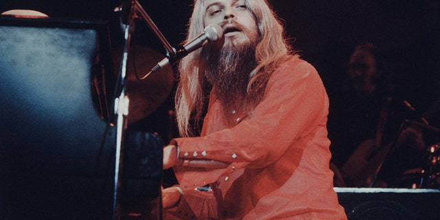 Leon Russell singing and playing piano live at Nippon Budokan, Tokyo, November 1973. (Photo by Koh Hasebe/Shinko Music/Getty Images)