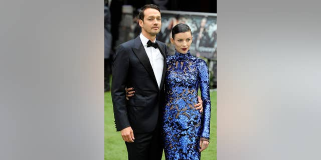 """Director Rupert Sanders (L) and actress Liberty Ross pose for photographers as they arrive for the world premiere of """"Snow White and the Huntsman"""" at Leicester Square in London May 14, 2012.  REUTERS/Paul Hackett (BRITAIN - Tags: ENTERTAINMENT SOCIETY)"""