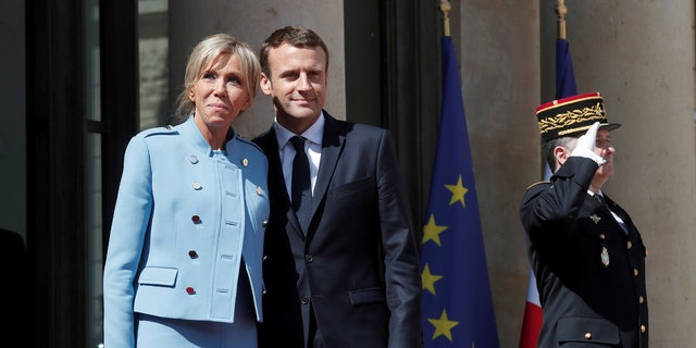 French President Emmanuel Macron and his wife Brigitte Trogneux stand on the steps of the Elysee Palace after the handover ceremony in Paris, France, May 14, 2017.        REUTERS/Benoit Tessier - RTX35QXC