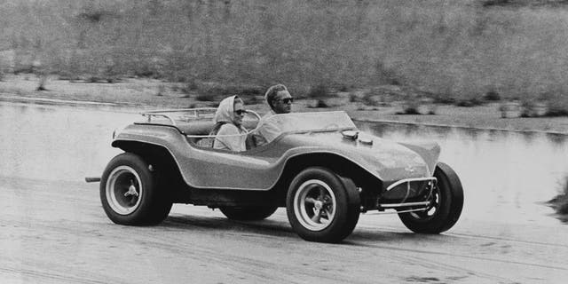 American actors Faye Dunaway (as Vicki Anderson) and Steve McQueen (1930 - 1980) (as Thomas Crown) in a dune buggy on a beach in a scene from 'The Thomas Crown Affair' (directed by Norman Jewison), Massachusetts, 1968. (Photo by Silver Screen Collection/Getty Images)