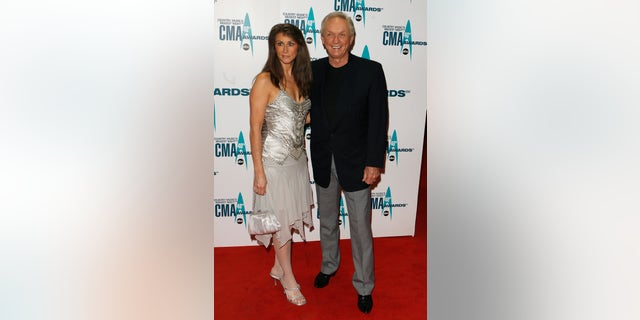 Mel Tillis and his wife Kathy pose at the 40th Country Music Association Awards in Nashville, Tennessee November 6, 2006. REUTERS/Lucas Jackson (UNITED STATES) - RTR1J30G