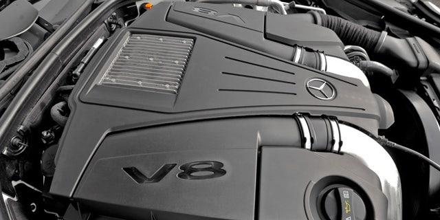 V8 engine in Mercedes-Benz SL550