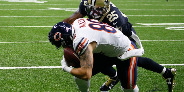 Chicago Bears tight end Zach Miller (86) injures his leg as pulls in a touchdown reception that was ruled incomplete upon review as New Orleans Saints defensive back Rafael Bush (25) covers in the second half of an NFL football game in New Orleans, 일요일, 10 월. 29, 2017. (AP Photo/Butch Dill)