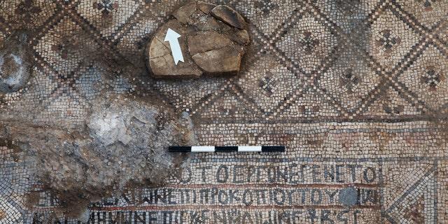 The mosaic and the inscription. (Photo: Sasha Flit, Tel Aviv University0