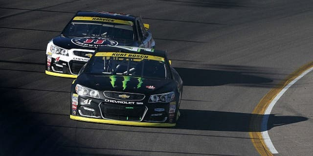 AVONDALE, AZ - NOVEMBER 13: Kurt Busch, driver of the #41 Monster Energy/Haas Automation Chevrolet, leads Kevin Harvick, driver of the #4 Jimmy John's Chevrolet, during the NASCAR Sprint Cup Series Can-Am 500 at Phoenix International Raceway on November 13, 2016 in Avondale, Arizona. (Photo by Christian Petersen/Getty Images)