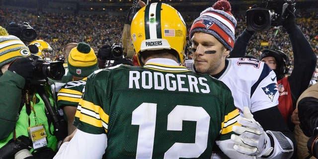 톰 브래디 #12 뉴 잉글랜드 애국자 (아르 자형) 동료 쿼터백 Aaron Rodgers를 축하합니다. #12 11 월 Lambeau Field 경기 후 Green Bay Packers의 30, 2014 그린 베이, 위스콘신. 패커 스는 애국자들을 물리 쳤습니다. 26-21. (Brian D의 여행자 사진. Kersey / Getty 이미지)