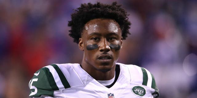 ORCHARD PARK, NY - SEPTEMBER 15: Brandon Marshall #15 of the New York Jets warms up before the start of NFL game action against the Buffalo Bills at New Era Field on September 15, 2016 in Orchard Park, New York. (Photo by Tom Szczerbowski/Getty Images)