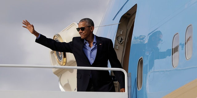 President Obama waves as he boards Air Force One, Sunday, Sept. 18, 2016, in Andrews Air Force Base, Md., en route to a Democratic National Committee event in New York, N.Y.