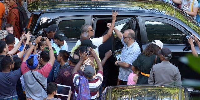 Former United States President Barack Obama waves during a visit to Tirta Empul Temple while on holiday with his family in Gianyar, Bali, Indonesia June 27, 2017 in this photo taken by Antara Foto.  Antara Foto/Wira Suryantala/ via REUTERS  ATTENTION EDITORS - THIS IMAGE WAS PROVIDED BY A THIRD PARTY. MANDATORY CREDIT. INDONESIA OUT. NO COMMERCIAL OR EDITORIAL SALES IN INDONESIA. - RTS18SZ9