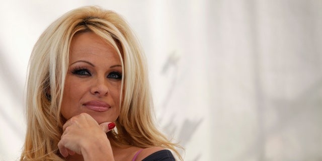 Actress Pamela Anderson attends a news conference to announce the launch of the online social platform FrogAds.com in West Hollywood, California March 22, 2012.   REUTERS/Mario Anzuoni  (UNITED STATES - Tags: ENTERTAINMENT) - RTR2ZQFW
