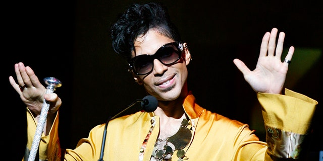 Musician Prince gestures on stage during the Apollo Theatre's 75th anniversary gala in New York, June 8, 2009.     REUTERS/Lucas Jackson (UNITED STATES ENTERTAINMENT ANNIVERSARY IMAGES OF THE DAY) - RTR24GJZ