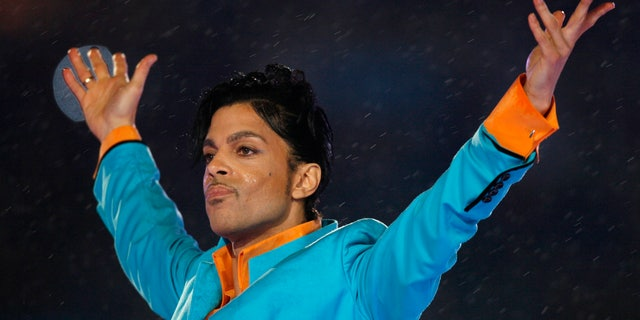 Prince performs during the halftime show of the NFL's Super Bowl XLI football game in Miami, Florida February 4, 2007.     REUTERS/Mike Blake (UNITED STATES) - RTR1M040