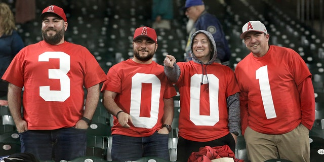 Fans cheer for Pujols as he passes his 3,000th career hit.