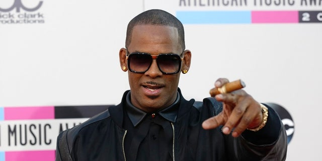 Singer R. Kelly arrives at the 41st American Music Awards in Los Angeles, California November 24, 2013.   REUTERS/Mario Anzuoni (UNITED STATES  - Tags: ENTERTAINMENT)  (AMA-ARRIVALS) - RTX15RSI