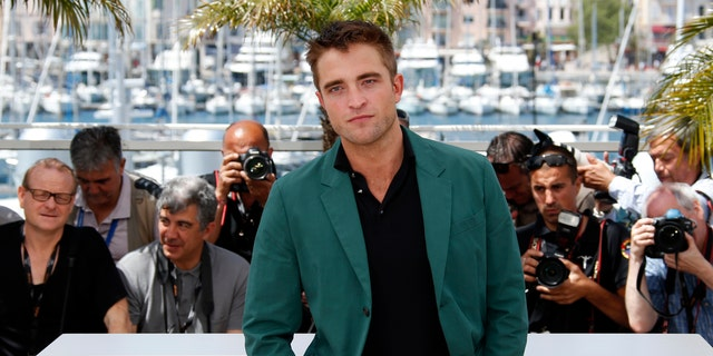"""Cast member Robert Pattinson poses during a photocall for the film """"The Rover"""" out of competition at the 67th Cannes Film Festival in Cannes May 18, 2014.      REUTERS/Benoit Tessier (FRANCE  - Tags: ENTERTAINMENT)   - RTR3PO4N"""