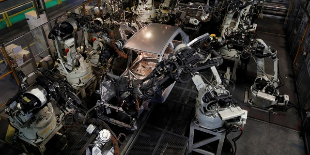 Robots assemble a Toyota Motor Corp. Yaris at the company's plant in Onnaing, near Valenciennes, France, May 17, 2017. REUTERS/Benoit Tessier - RTX369IX