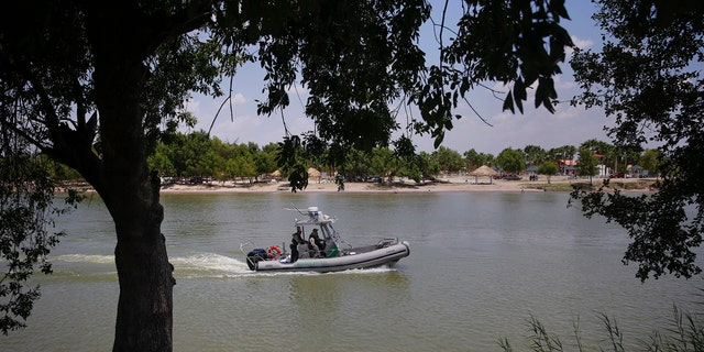 A United States Border Patrol boat patrols the Rio Grande river along Anzalduas Park outside McAllen Texas August 5, 2014.   REUTERS/Shannon Stapleton (UNITED STATES - Tags: POLITICS SOCIETY IMMIGRATION) - RTR41DLS