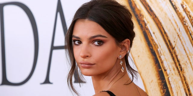 Actress and model Emily Ratajkowski arrives for the 2016 CFDA Fashion Awards in Manhattan, New York, U.S., June 6, 2016. REUTERS/Andrew Kelly - RTSGB13