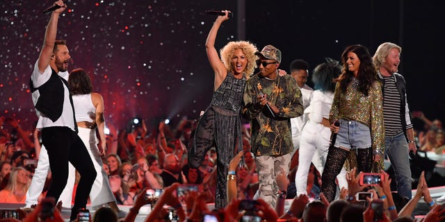 """Little Big Town and Pharrell Williams (wearing sunglasses) perform """"One Dance"""" at the 2016 CMT Music Awards in Nashville, Tennessee, U.S. June 8, 2016.  REUTERS/Harrison McClary - RTSGNQN"""