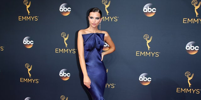 Model Emily Ratajkowski arrives at the 68th Primetime Emmy Awards in Los Angeles, California, U.S., September 18, 2016. REUTERS/Lucy Nicholson - RTSOBTW