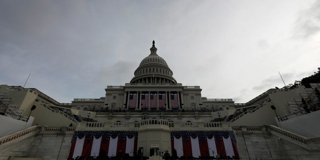Workers prepare for the inauguration of U.S. President-elect Donald Trump at the U.S. Capitol in Washington, DC, U.S., January 19, 2017.   REUTERS/Brian Snyder - RTSWB79