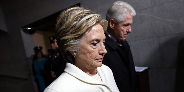 Former Democratic presidential nominee Hillary Clinton (L) and former President Bill Clinton arrive on the West Front of the U.S. Capitol in Washington, D.C., U.S., January 20, 2017. REUTERS/Win McNamee/Pool  TPX IMAGES OF THE DAY - HT1ED1K1985VF