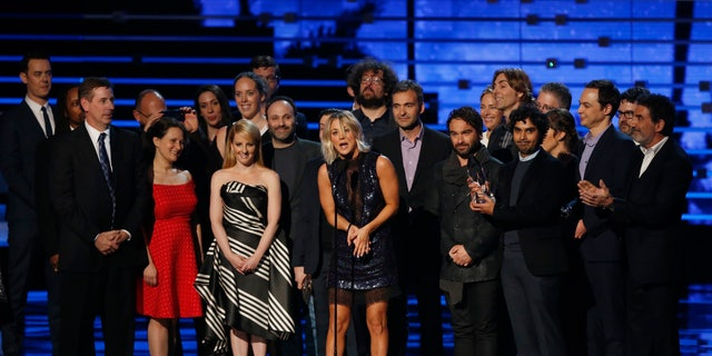 "Kaley Cuoco (C) accepts the award for favorite network TV comedy series with the cast and crew of ""Big Bang Theory"" at the People's Choice Awards 2016 in Los Angeles, California January 6, 2016.  REUTERS/Mario Anzuoni - RTX21CMJ"