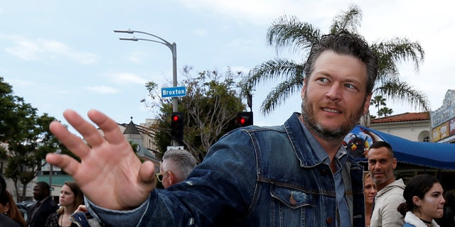 """Cast member Blake Shelton waves at the premiere for """"The Angry Birds Movie"""" in Los Angeles, U.S., May 7, 2016.   REUTERS/Mario Anzuoni - RTX2DALQ"""