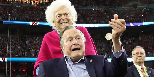 Former U.S. President George H.W. Bush participates in the coin toss ahead of the start of Super Bowl LI between the New England Patriots and the Atlanta Falcons as former first lady Barbara Bush looks on in Houston , Texas, U.S., February 5, 2017.  REUTERS/Adrees Latif   TPX IMAGES OF THE DAY - RTX2ZQQ6
