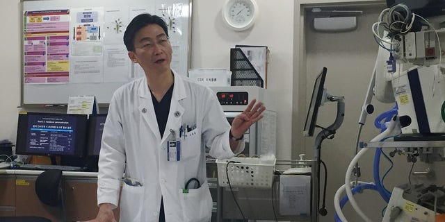 Lee Cook-jong, a South Korean surgeon who operated the defected North Korean soldier with gunshots, said there were parasites found in Oh's body.