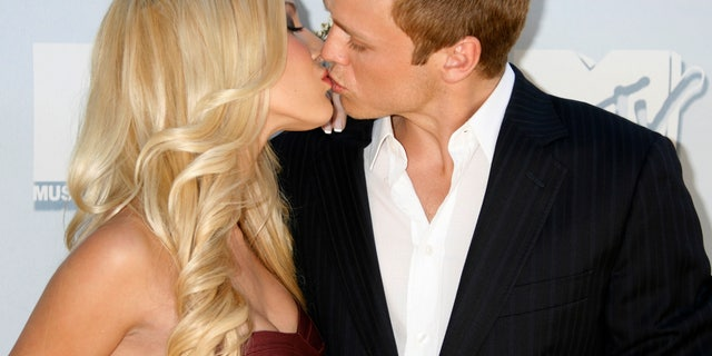 Heidi Montag and Spencer Pratt kiss as they pose for photographers at the 2008 MTV Movie Awards in Los Angeles June 1, 2008.     REUTERS/Fred Prouser (UNITED STATES) - RTX6F6D