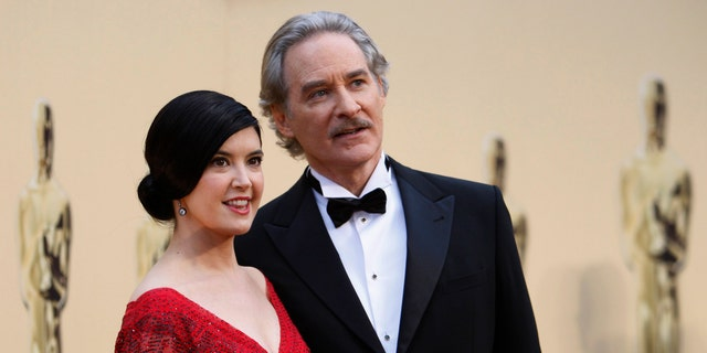 Actor Kevin Kline and his wife Phoebe Cates arrive at the 81st Academy Awards in Hollywood, California February 22, 2009.  REUTERS/Mario Anzuoni   (UNITED STATES) (OSCARS-ARRIVALS) - RTXBY7H