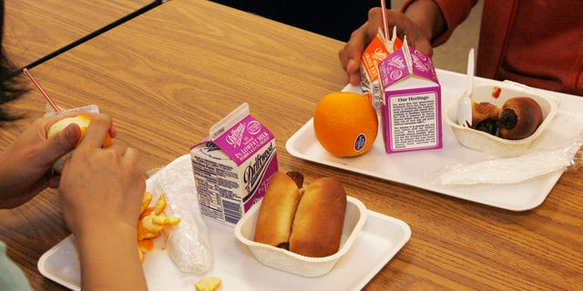 Students have a nutrition break mid-morning consisting of milk, juice, an orange and either mini sausage roll or Vegetarian Italian bagel at Belmont High School in Los Angeles, California May 18, 2009. Los Angeles Unified School District is an anti-junk-food pioneer, but the obstacles it faces show how difficult it is to change habits shaped by decades of unhealthy eating promoted by the mammoth fast-food industry. Picture taken May 18, 2009. To match feature HEALTHCARE-LUNCHES/   REUTERS/Fred Prouser   (UNITED STATES EDUCATION HEALTH) - RTXOC0S