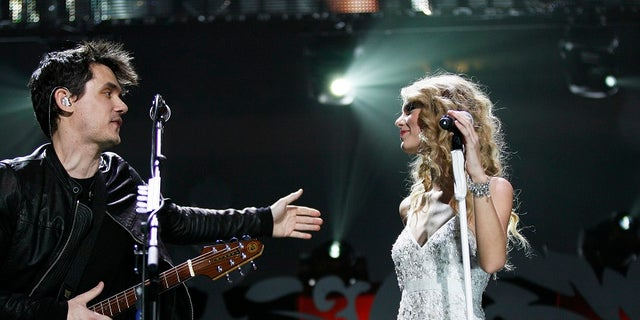 Singer Taylor Swift (R) performs with John Mayer during the Z100 Jingle Ball in New York December 11, 2009.  REUTERS/Lucas Jackson (UNITED STATES - Tags: ENTERTAINMENT) - RTXRRFY