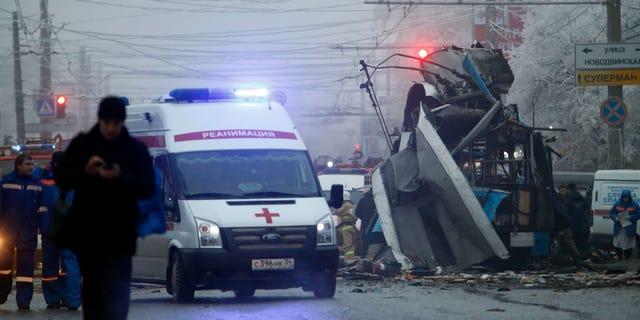 En esta fotografía de archivo del lunes 30 de diciembre de 2013, una ambulancia parte del sitio donde un trolebús ___al fondo__ estalló en la ciudad de Volgogrado. Una serie de homicidios no explicados en el sur de Rusia relacionados con trampas explosivas han aumentado la preocupación por la seguridad antes de los Juegos Olímpicos de invierno en Sochi, El miércoles 8 de enero de 2014 cuatro hombres fueron asesinados en las afueras de Pyatigorsk. (Foto AP/Denis Tyrin, archivo)
