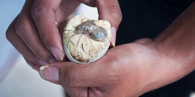 Nahaufnahme von Balut, einem angebrüteten, gekochten Entenei