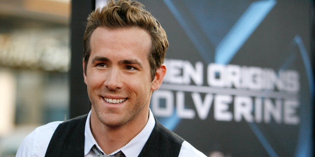 """Cast member Ryan Reynolds arrives at an industry screening of """"X-Men Origins: Wolverine"""" at the Grauman's Chinese theatre in Hollywood, California April 28, 2009. The movie opens in the U.S. on May 1.   REUTERS/Mario Anzuoni   (UNITED STATES ENTERTAINMENT) - RTXEIJX"""