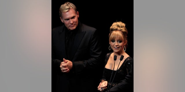 Actress Nicole Richie and weather anchorman Sam Champion stand on the stage during The 40th Anniversary Fragrance Foundation FiFi Awards in New York, May 21, 2012.  REUTERS/Shannon Stapleton (UNITED STATES - Tags: ENTERTAINMENT SOCIETY MEDIA) - RTR32FML