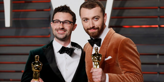"""British musicians Jimmy Napes (L) and Sam Smith with their Oscars for Best Original Song for """"Writing's on the Wall"""" from the film """"Spectre"""", arrive at the Vanity Fair Oscar Party in Beverly Hills, California February 28, 2016.  REUTERS/Danny Moloshok - RTS8IFI"""