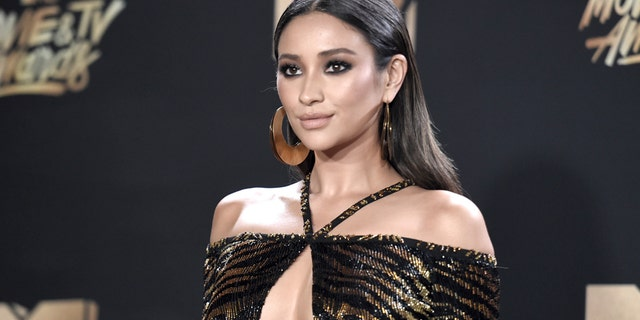"""The """"Pretty Little Liars"""" actress struggled as MTV's live stream red carpet host May 7, 2017. At one point, Mitchell didn't realize the cameras were still rolling and she said, """"I just f--ked up that last teleprompter."""" According to <a href=""""http://www.refinery29.com/2017/05/153331/mtv-movie-tv-awards-red-carpet-mic-tech-issues"""" target=""""_blank"""">Refinery29</a>, the actress also repeated the best Movie of the Year segment two times."""