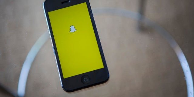 A portrait of the Snapchat logo in Ventura, California December 21, 2013. REUTERS/Eric Thayer (UNITED STATES - Tags: BUSINESS LOGO) - RTX17GXT