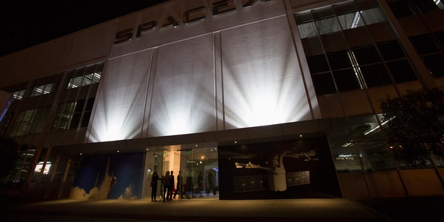File photo: An exterior of the SpaceX headquarters in Hawthorne, California May 29, 2014.  (REUTERS/Mario Anzuoni)