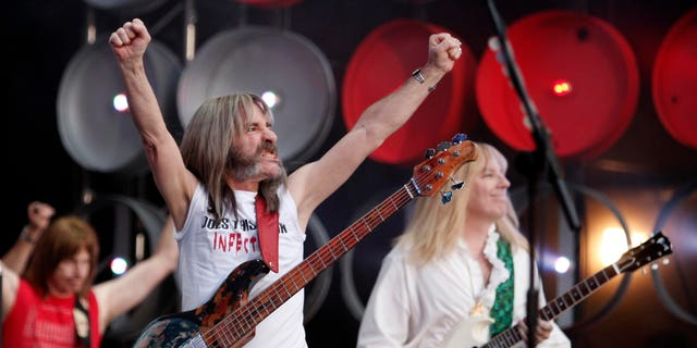 (L-R) Nigel Tufnel (played by Christopher Guest), Derek Smalls (played by Harry Shearer), and David St. Hubbins (played by Michael McKean) of Spinal Tap perform during the Live Earth concert at Wembley Stadium in London, July 7, 2007. Former U.S. Vice President Al Gore and his global partners are staging the Live Earth concerts held on seven continents simultaneously to raise awareness of environmental issues.      REUTERS/Stephen Hird    (BRITAIN) - RTR1RKT1